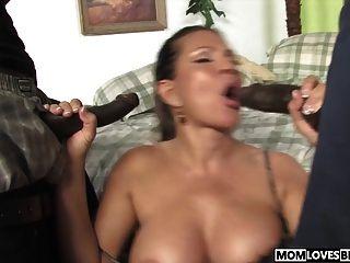 تيري ويجل يأخذ اثنين من الديوك السوداء أمام ابنها
