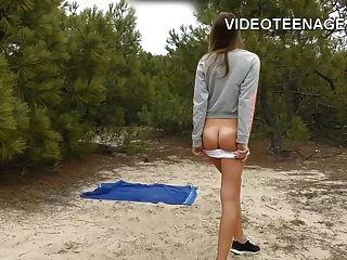 مثير في سن المراهقة عارية في الشاطئ