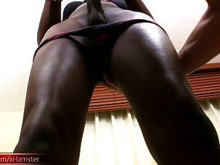 جميلة فيمبوي الأسود مع الحمار ضيق تمتص الديك الأبيض الكبير