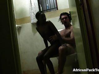 الهاوي فتاة أفريقية يحصل مارس الجنس في ال حمام!