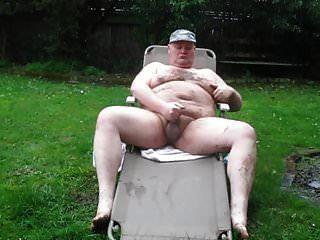 رجل سمين في المطر والطين