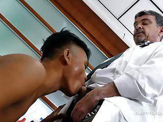 الطبيب بابا مايك الملاعين صبي الآسيوية