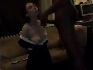 امرأة بيضاء تتمتع يهيمن عليها الرجل الأسود