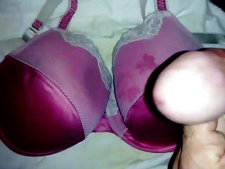 شاعر المليون على حمالة صدر الساتان الوردي الجديد.