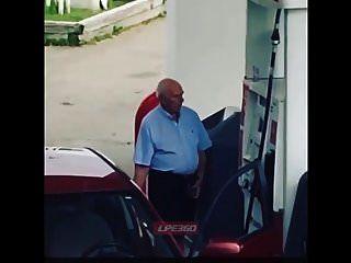 الرجل العجوز القضيب في مضخة الغاز