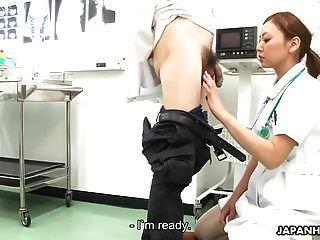 ممرضة تمتص الطبيب وتصاب بشجاعة في جميع أنحاء وجهها