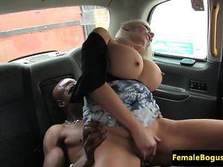 تاكسي أجرة البريطانية cockriding ديك أسود في سيارة أجرة