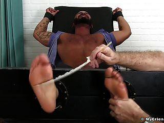 داميان تايلور مرتبط بسرير التعذيب ويحصل على دغدغة
