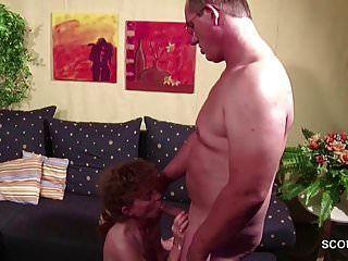إغواء ناضجة الألمانية الضيقة ليمارس الجنس مع الجار عندما وحده
