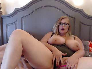نظارات لطيف السمين فتاة مع الثدي ضخمة
