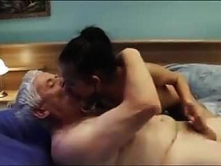 رجل يبلغ من العمر يدعو مثير مرافقة فتاة شابة لطيفة الثدي \u0026 لجنة المساواة العرقية
