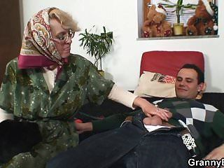 حلق كس الجدة يرضي الصبي