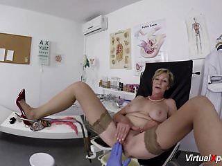 الجدة مفلس يحصل بوف مارس الجنس من قبل الطبيب لها