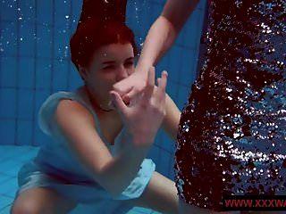 المراهقين titted كبيرة شعر tattoed في حمام السباحة