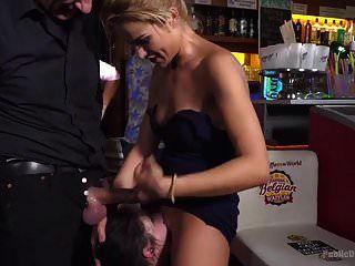 عاهرة صغيرة rebecca volpetti يتم إكراهها على ممارسة الجنس العام و