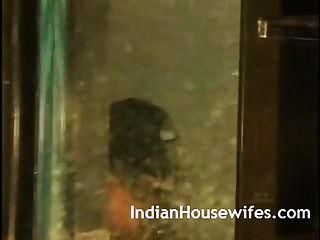 زوجة هندية صورت الاستحمام أثناء تعرضها للزوج