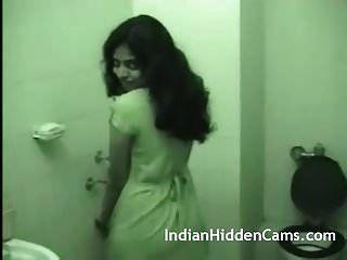 زوجة هندية شابة تستحم بعد ممارسة الجنس الخشن
