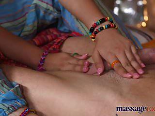 غرف التدليك الساخنة مدلكة التايلاندية يأخذ الديك الثابت في بلدها ثقب