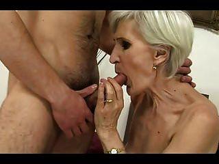 الجدة الشعر الرمادي في جوارب مارس الجنس