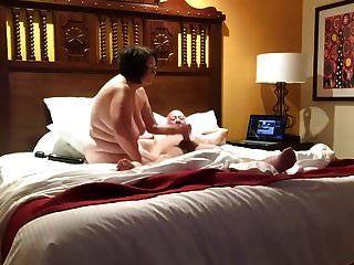 زوجة تلعب مع الزوج