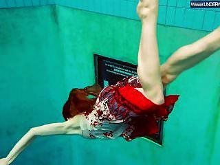 أحمر الشعر البولندية الساخنة السباحة في حمام السباحة