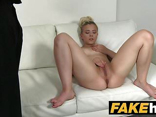 وكيل وهمية الشباب مرح الثدي نموذج مارس الجنس على الأريكة