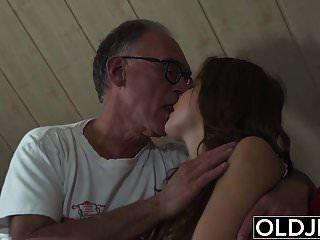 حلوة في سن المراهقة مارس الجنس من قبل رجل يبلغ من العمر انها يبتلع نائب الرئيس والحلق العميق