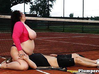 bbw مكتنزة sixtynining على ملعب التنس
