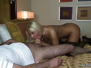 حار مرافقة الألمانية يمارس الجنس مع رجل يبلغ من العمر في الفندق من أجل المال