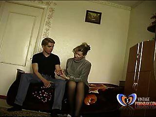 STEPMOM وقحة يجعل ابنها البالغ من العمر 19 عاما يفقد عذريته