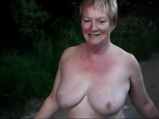 سيدة ناضجة يمشي في الكعب والجوارب