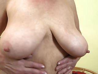 الجلف مع كبير الثدي المترهل وجمل شعر