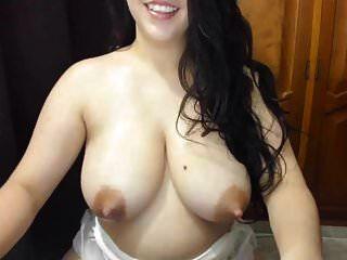 الثدي اللاتينية الجميلة مليئة الحليب