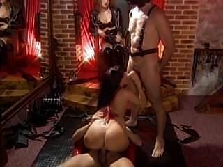 عشيقة غابرييل تصرخ مع عبيدها من الإناث والذكور