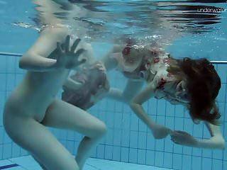 اثنين من الجمال الساخن مشعر تحت الماء