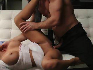 امرأة سمراء مفلس والجنس الساخن في أريكة