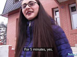 الوكيل العام الشاب الروسي في النظارات سخيف الديك