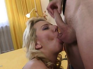 الجنس من المحرمات المنزل مع أمي مثير وابنه الشاب