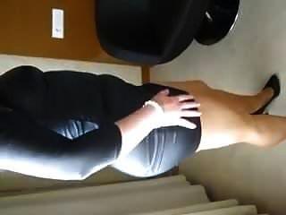 زوجة في جلد اللباس الداخلي جوارب طويلة والكعب