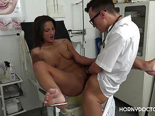 حار التشيكية امرأة سمراء nicolette noir يحصل اصابع الاتهام من قبل الطبيب