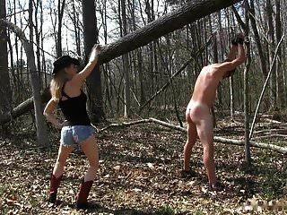 فتاة الريف عشيقة جلدها الرقيق في الغابة