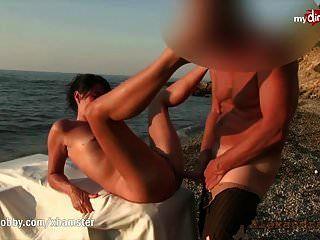 هوايتي القذرة nympho يحصل على حفر على الشاطئ