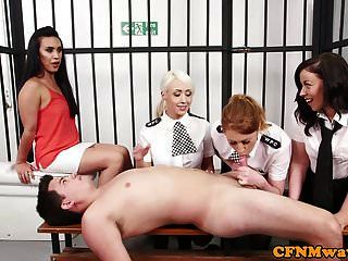 انثى من رجال الشرطة البريطانيين يجرون الفرعية في زنزانته