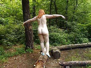 هواة السمين أحمر الشعر عارية في حديقة عامة