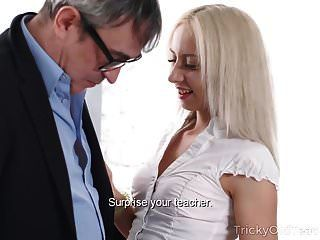 المعلم القديم صعبة رجل يبلغ من العمر الأذواق كس العصير من شقراء