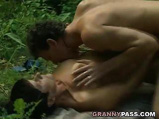الجدة تقدم بوسها في الغابة