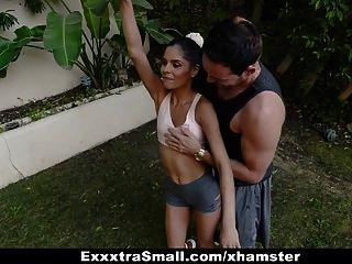 exxxtrasmall لطيف صغيرتي في سن المراهقة مارس الجنس من قبل اثنين من الديوك الضخمة