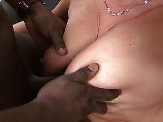 الجدة المتشددين مارس الجنس من قبل رجل أسود في بلدها ضيق الحمار الجنس