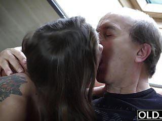 الجد اشتعلت استمناء من قبل ابنتي خطوة ويمارس الجنس معه