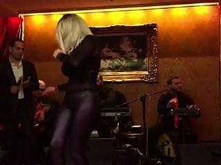صديق عربي يرقص